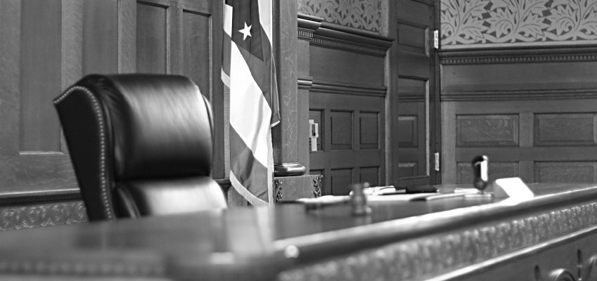 Courtroom-black-and-white-849x400